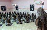 شبه نظامیان داعش در موصل درحالی که نیروهای عراقی پیشروی می کنند صورتهایشان را می پوشانند