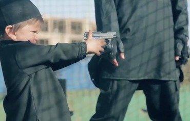 داعش لە دوایین ڤیدیۆدا منداڵان دەکاتە جەللاد