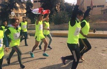 رياضيون شباب يركضون في شوارع الموصل من أجل السلام