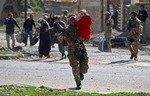 القوات العراقية تنقذ عائلات محاصرة في الموصل