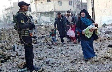 پنهان شدن جنگجویان داعش پشتِ کودکان در غرب موصل