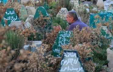 سوريون في بلدة تعرضت لهجوم بغاز السارين يحيون مرور ذكرى 100 يوم على الهجوم