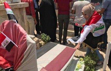 Les habitants de Mossoul rendent hommage aux soldats irakiens