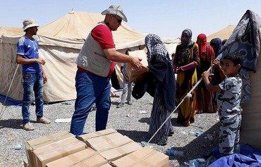 Hêzên Iraqî malbatên DAIŞ li kampa nêzî Mûsilê pişkinîn dikin