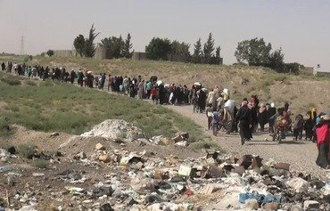 داعش يسرق المدنيين الهاربين من مناطق سيطرته
