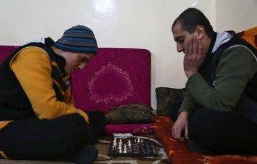 شەترەنج و جگەرە و چارهسهری دەروونی بۆ چەکدارانی پێشوی داعش لە ناوهندهكانی چاکسازی له سوریا