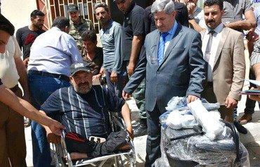 ساکنان انبار که بوسیله داعش معلول شده اند کمک دریافت می کنند