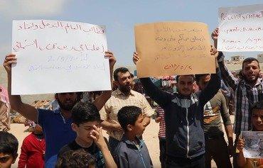 مردم حمص و حماء به توافق نامه آشتی اعتراض می کنند