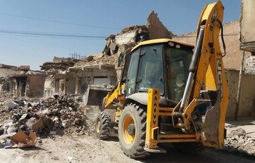 Mosul municipality, volunteers clear the city