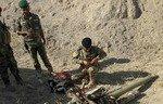 نیروهای عراقی در جست و جوی مواد منفجره در بیابان انبار