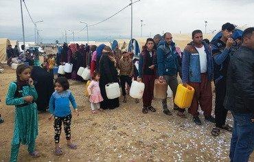 العراق يغيث النازحين الذين غرقت مخيماتهم بمياه الأمطار