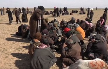 پنهان شدن داعش در پشت غیرنظامیان در سنگر مقاومت خود در دیرالزور