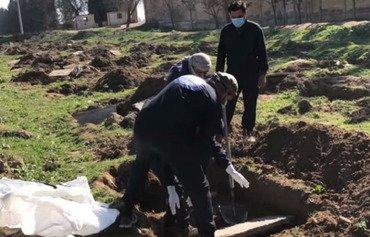 نبش قبر بزرگترین گور دست جمعی داعش در الرقه آغاز گردید