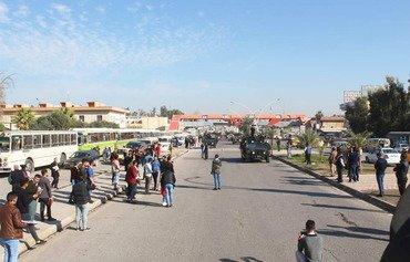 تجمع أهالي الموصل لاستقبال عناصر موج المهمات الأول الذي سينفذ عمليات نوعية لطرد فلول 'الدولة الإسلاميةʻ من محافظة نينوى. [حقوق الصورة لمديرية الاستخبارات في الجيش العراقي]